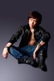 Homme asiatique bel avec la jupe en cuir photographie stock libre de droits