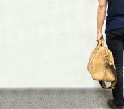 Homme asiatique bel d'affaires jugeant le grand sac en cuir de Brown dans le rétro style prêt à aller pour le voyage Photographie stock