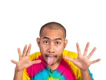 Homme asiatique collant son tingue pour effrayer quelqu'un Images stock