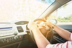 Homme asiatique conduisant sur la route, style de procédé de filtration de cru image stock
