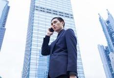 Homme asiatique d'affaires avec le téléphone intelligent Image libre de droits