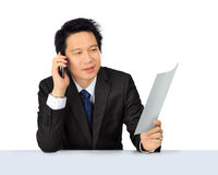 Homme asiatique d'affaires de Moyen Âge au téléphone Images stock