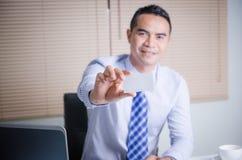 Homme asiatique d'affaires de sourire heureux montrant la carte de visite professionnelle vierge W de visite Photo libre de droits