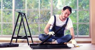 Homme asiatique de charpentier utilisant le marteau banque de vidéos