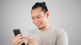 Homme asiatique de hippie à l'aide du smartphone Photo stock