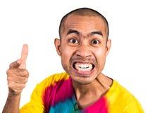 Homme asiatique dirigeant le doigt avec le visage fâché sur le fond blanc Photo stock