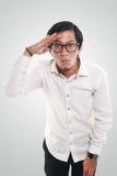 Homme asiatique drôle regardant en avant, concept de vision Photos libres de droits