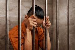 Homme asiatique en prison seul photos libres de droits