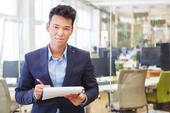 Homme asiatique en tant qu'expert compétent photo libre de droits