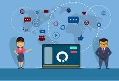Homme asiatique et femme d'affaires se tenant au media d'ordinateur portable ouvert et au fond sociaux de carte du monde de commu Photo libre de droits