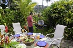 Homme asiatique faisant cuire sur un barbecue Photo libre de droits