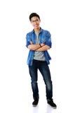 Homme asiatique heureux avec des bras pliés Photos stock