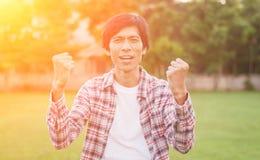Homme asiatique heureux dans le jardin, foyer mou Photo stock