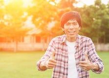 Homme asiatique heureux dans le jardin, foyer mou Photographie stock