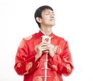 Homme asiatique heureux Mains tenant l'argent dans les enveloppes rouges Ne chinois images libres de droits
