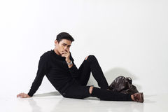 Homme asiatique posant avec le sac en cuir Photographie stock libre de droits