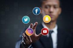 Homme asiatique pressant l'écran virtuel du media social populaire photo libre de droits