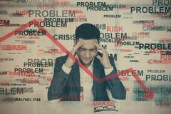 Homme asiatique soumis à une contrainte, crise Photo libre de droits