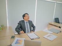 Homme asiatique très heureux d'affaires dans le bureau photos stock