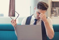 Homme assidu avec l'ordinateur portable en appartement image libre de droits