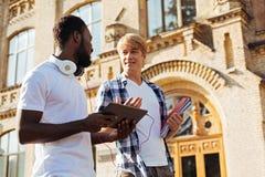Homme assidu intelligent discutant le projet avec son ami Photos libres de droits