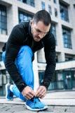 Homme attachant des espadrilles de sports Fin vers le haut Photos stock