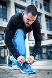 Homme attachant des espadrilles de sports Fin vers le haut Photographie stock libre de droits