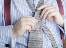 Homme attachant le clip de relation étroite à la cravate Photos libres de droits