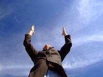 Homme atteignant jusqu'au ciel Photo stock