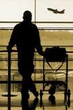 Homme attendant à l'aéroport Photographie stock libre de droits