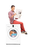 Homme attendant la machine à laver pour finir Photos libres de droits