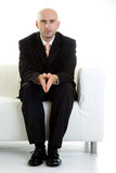 Homme attendant sur le divan Photographie stock
