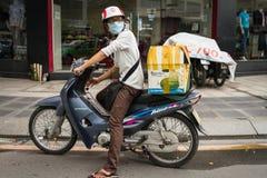 Homme attendant sur un vélo Image stock