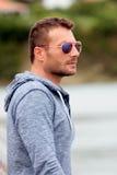 Homme attirant avec des lunettes de soleil Photos libres de droits