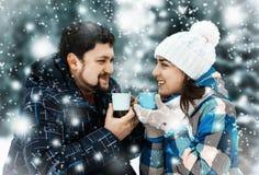 Homme attirant avec du café potable de femme Photo stock