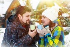 Homme attirant avec du café potable de femme Images libres de droits