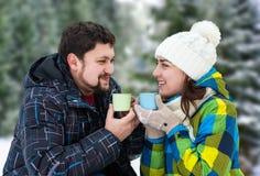 Homme attirant avec du café potable de femme Photo libre de droits