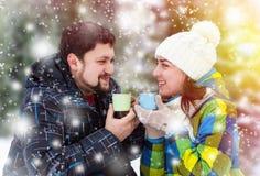 Homme attirant avec du café potable de femme Photos stock