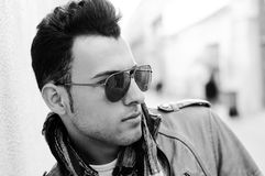 Homme attirant avec les lunettes de soleil teintées Photographie stock libre de droits