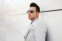 Homme attirant avec les lunettes de soleil teintées Photo libre de droits