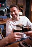 Homme attirant bel tenant un verre avec de la bière Photo libre de droits