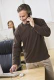 Homme attirant d'affaires au téléphone. Photos libres de droits