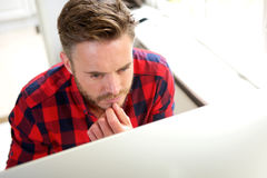 Homme attirant d'affaires pensant derrière l'écran d'ordinateur Images libres de droits
