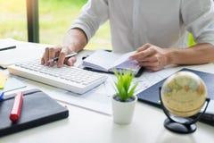 Homme attirant d'affaires travaillant sur l'ordinateur portable au bureau moderne pour sa nouvelle communication de projet avec l photos stock