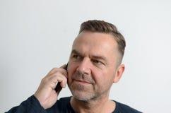 Homme attirant de Moyen Âge avec le téléphone portable Photo stock