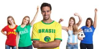 Homme attirant du Brésil avec quatre fans de sports femelles Images libres de droits