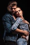 Homme attirant embrassant son amie du dos Photo libre de droits