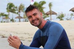 Homme attirant employant le wifi d'un bord de la mer Images stock