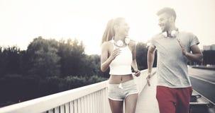 Homme attirant et belle femme pulsant ensemble Image stock