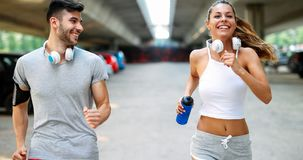 Homme attirant et belle femme pulsant ensemble Photographie stock libre de droits
